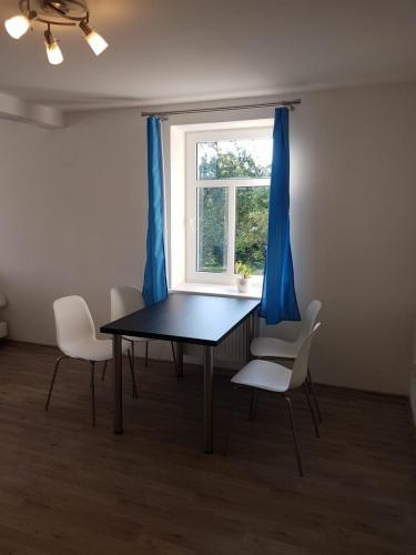 Jídelní stůl s oknem do zahrady