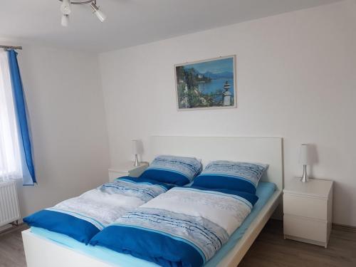 Manželská postel v ložnici