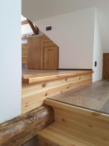Pohled do obytných prostor ze schodiště