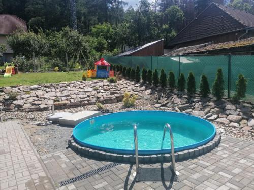Bazén před vstupní terasou